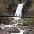 写真: 苗名滝への吊り橋