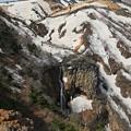 写真: 岩壁流れる不帰の滝