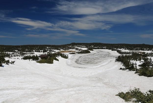 写真: 八幡沼は残雪の中
