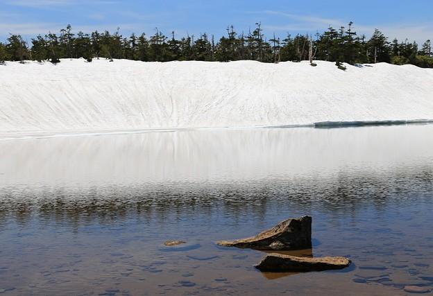 写真: 雪残る水辺の静けさ