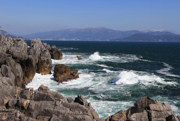 Photos: 岸壁の波