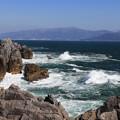写真: 岸壁の波