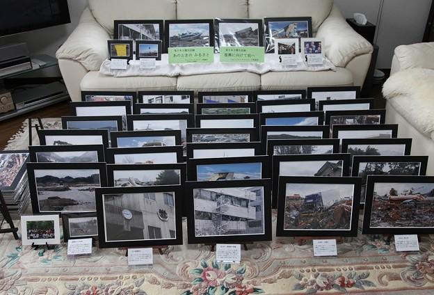 写真: 大震災写真展の準備
