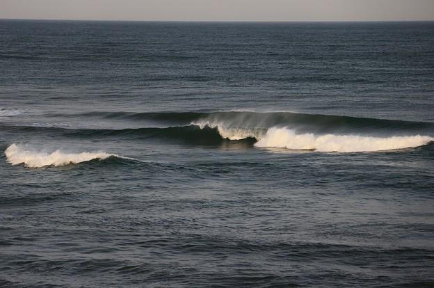 写真: 日本海の朝波