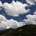 写真: 雲湧く夏の山