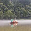 写真: 和舟で渡る霧幻峡