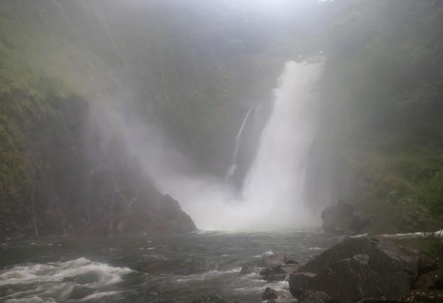 飛沫舞う轟く大瀑布