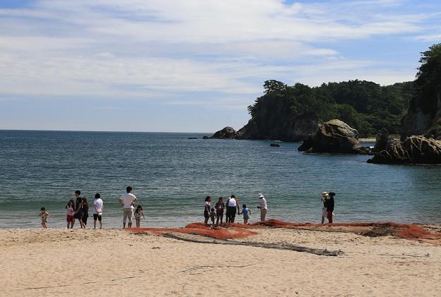 写真: 夏惜しむ休日の月浜