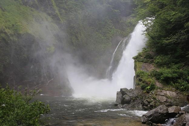 写真: 轟く秋保大滝