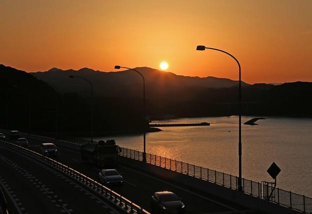 写真: 大鳴門橋の夕陽