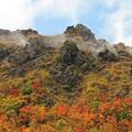 写真: 蒸気上がる湯気山