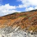 写真: 荒々しさと紅葉の山