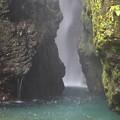 写真: 神やどる轟の本滝