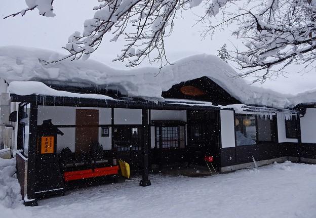 写真: 雪国のうどん店