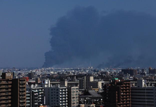 炎上する仙台港