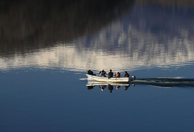 写真: 湖の舟