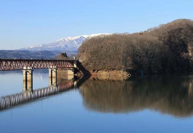湖に架かる釜房大橋