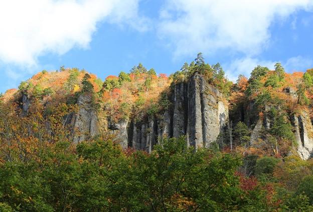 屏風のような大岩壁