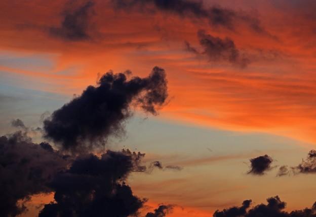 朝焼け雲に暗雲