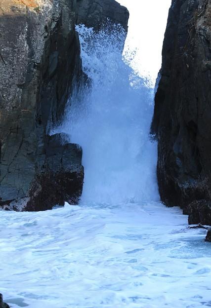 Photos: 神割崎の轟く高い波