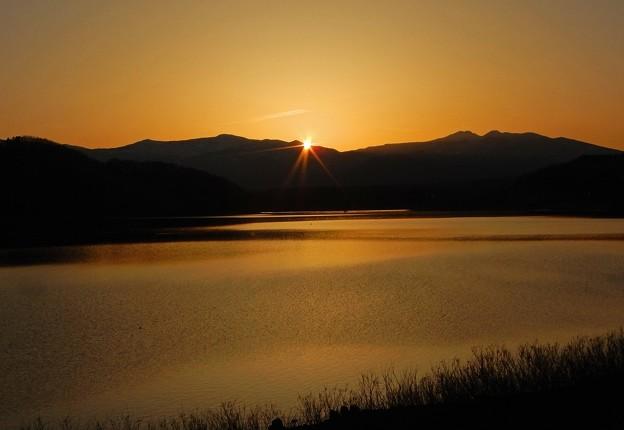 山の彼方に陽が沈む