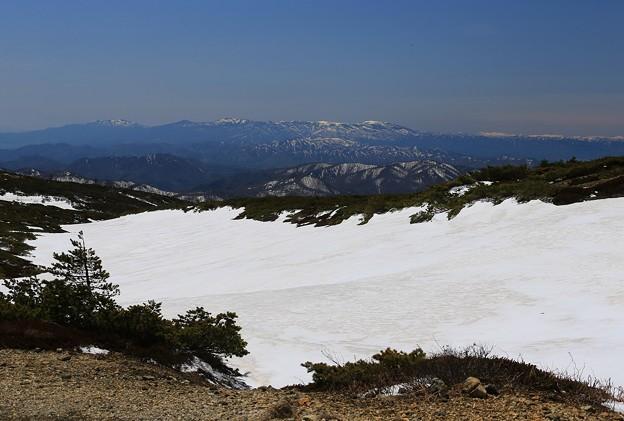 雪渓と遠く吾妻連峰