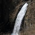 深山に轟く瀑布