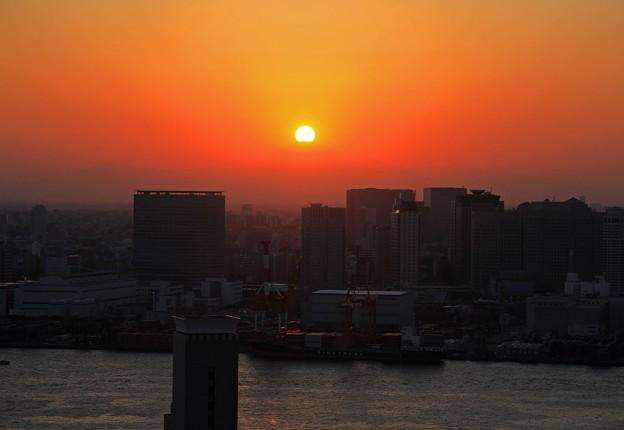 富士山頂に沈む夕陽