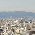 写真: 通天閣展望台から京セラドームと六甲山