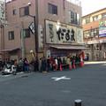 写真: 人気串かつ店だるまの行列(開店前!)