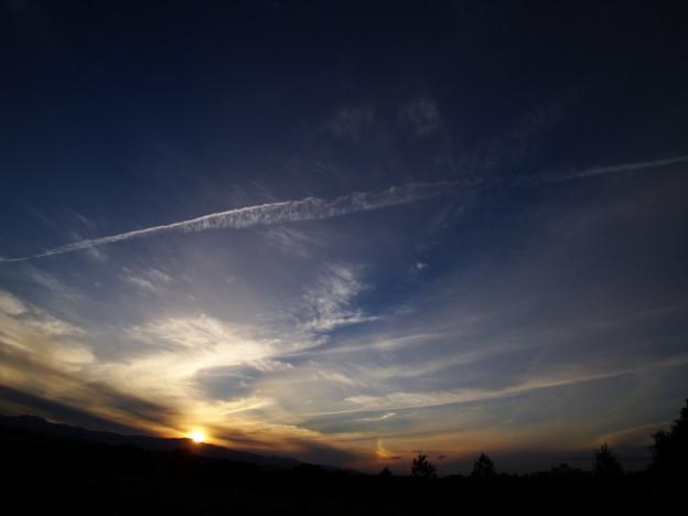 写真: 夕日と虹と飛行機雲