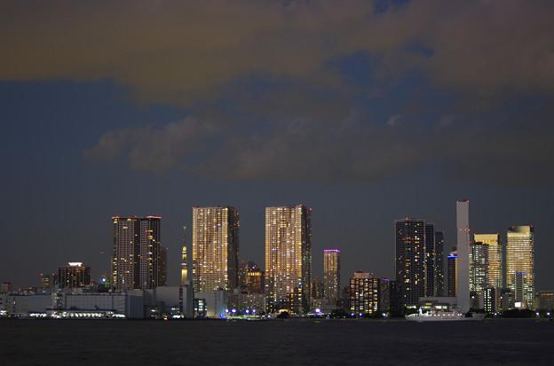 写真: 残照を受けて輝くタワーマンション群