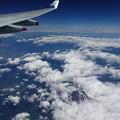 写真: 雲間から頭を出した富士山