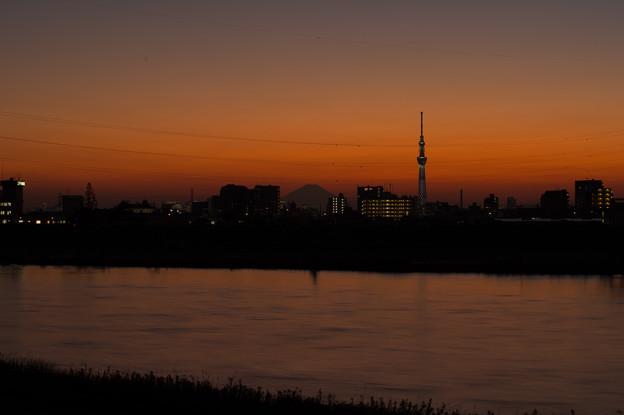 江戸川越しに望むマジックアワーのスカイツリーと富士山
