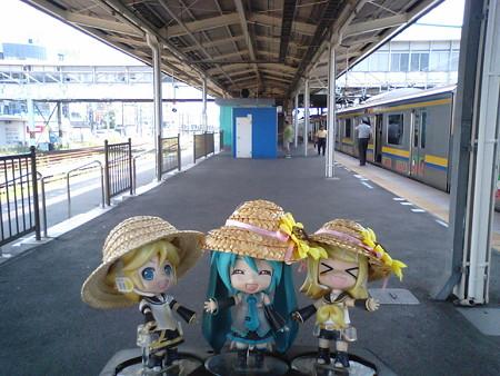 木更津駅で約8分停車。 リン:「久しぶりの旅行はやっぱりいいにゃ...