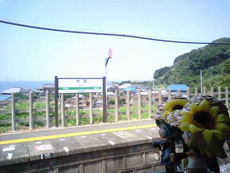竹岡駅に停車。 リン:「やっと見えてきた! うみうみ海海海ィーー...