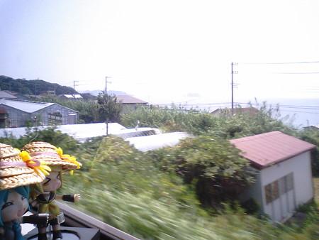 浜金谷→保田間。鋸山の断崖の下をくぐり抜けてます。 リン・ミク:...