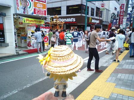 下北沢駅前でなんか祭りやってる!! リン:「頑張れ頑張れー!! ...