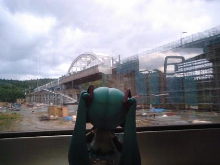 大平駅付近。 ミク:「わぁ!! 北海道新幹線ですね! 完成が待ち...