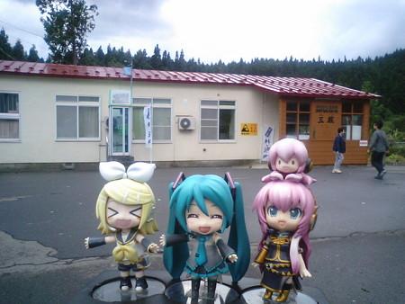 リン:「やってきました!! 本州最北端駅ィーーーーッ♪」 ルカ:...