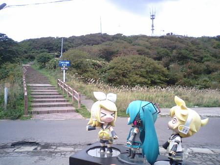 リン:「龍飛崎灯台は、さらにこの『階段村道』を登るだゅ!」 レン...