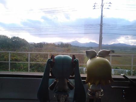 郷沢駅で6分停車。 リン:「ホントに、のんびりしてていいにゃあ(≧...