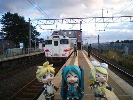中沢駅に12分停車。またまた交換待ちです。 リン:「いくらなんで...