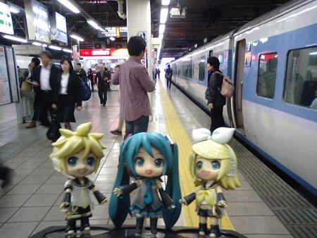 ミク:「立川駅に着きました!」 リン:「次は奥多摩行きのホリデー...