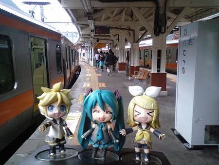 奥多摩駅に到着! リン:「お疲れちゃまでしたー♪」 レン:「さあ...