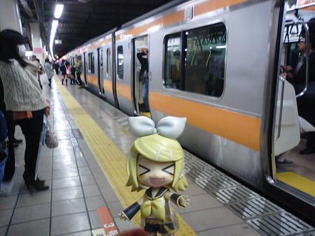 立川駅に到着。 リン:「さぁさッ、なんか美味しいのを食べよう!!」