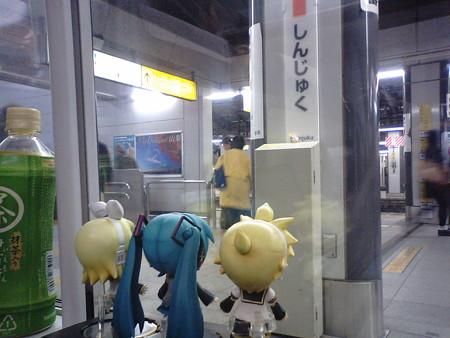 新宿駅に停車です。 リン:「早いなぁもう新宿!!」 レン:「千葉...