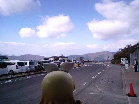 まだ荷降ろし中です。 リン:「富士山、てっぺんだけ見えるゅ♪」