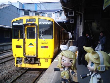 では指宿の二月田温泉まで、普通列車に乗ります。 リン:「リンレン...
