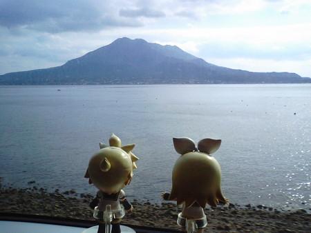 鹿児島→重富間、竜ヶ水付近。 リン:「桜島は燃えているかぁーーー...